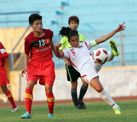 Đội tuyển nữ Việt Nam (trái) có thể hiện thực hóa  giấc mơ dự World Cup 2015