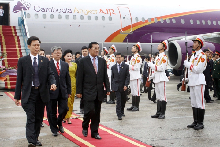 Lễ đón Thủ tướng Campuchia Hun Sen tại sân bay Quốc tế Nội Bài. (Nguồn ảnh : TTXVN)