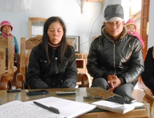 Gia đình nạn nhân đang tường trình sự việc với báo chí