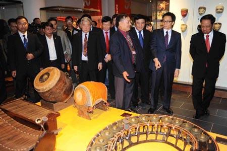Phó Thủ tướng Vũ Đức Đam cùng đại biểu tham quan khu trưng bày. (Ảnh: Minh Đức /TTXVN)