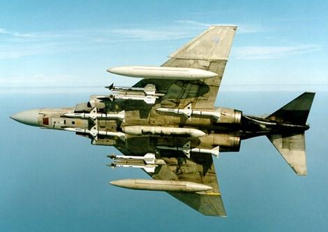 F-4 mang 4 tên lửa không đối không tầm ngắn AIM-9 và 4 tên lửa đối không tầm trung AIM-7.