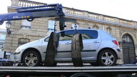 Chiếc ô tô bị cảnh sát kéo đi sau khi cố tình lao vào Điện Elysee