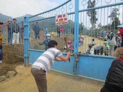 Bức xúc vì Công ty vàng Phước Sơn thiếu nợ, ngày 26/12 người dân đã đến vây và đập trụ sở công ty. Ảnh: Nguyễn Thành.
