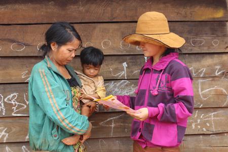 Chị Đàm Thị Hương (phải) - CTVDS buôn Xê Đăng tuyên truyền KHHGĐ cho chị em.