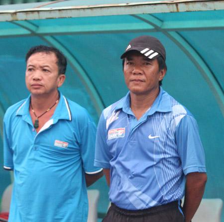 HLV Nguyễn Công Long (phải) đang khổ sở vì bóng đá.
