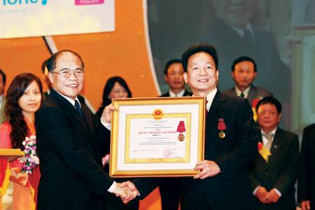 Ông Đỗ Quang Hiển (phải) đón nhận Huân chương Lao động của Chủ tịch nước do đích thân Chủ tịch Quốc hội Nguyễn Sinh Hùng trao tặng (Nguồn ảnh: Dân Trí)
