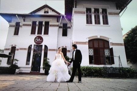 Ảnh cưới lãng mạn được chụp trong sân trường dạy nhạc của Thanh Bùi