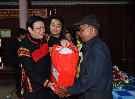 Chủ tịch nước Trương Tấn Sang thăm hỏi và tặng quà người dân buôn Tai.