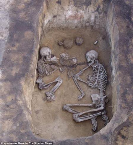 Bộ xương của cặp đôi được phát hiện chôn cùng mộ trong tư thế úp mặt và nắm tay nhau.