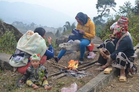 Sáng sớm ngày 30.12, vùng núi Lào Cai có sương mù rải rác, trời lạnh buốt khiến người dân phải đốt lửa chống rét.