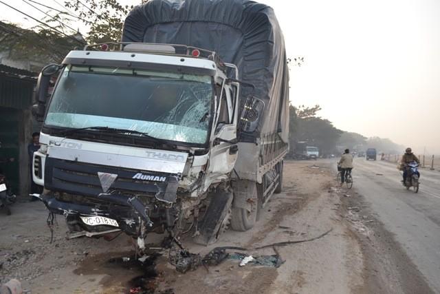 Chiếc xe tải cũng hư hại.