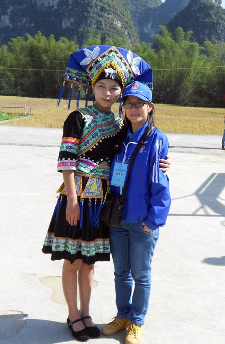 PV Minh Yến (phải) và cô gái người  dân tộc Choang tại địa phương.