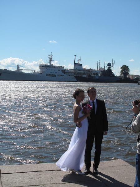 Cô dâu, chú rể chụp ảnh lưu giữ khoảnh khắc lãng mạn trong đêm trắng.  Ảnh chụp lúc 20 giờ 30.