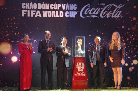 Lãnh đạo VFF cùng đại diện FIFA, Coca-Cola chào đón Cúp vàng FIFA World Cup đến Việt Nam