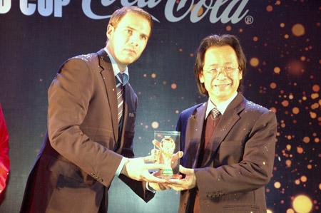 Ông Nguyễn Lân Trung nhận mô hình Cúp vàng FIFA World Cup do đại diện FIFA trao tặng