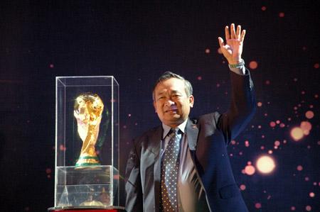 Ông Phạm Văn Tuấn – phó tổng cục trưởng tổng cục thể thao Việt Nam, ông Nguyễn Lân Trung – phó chủ tịch VFF chụp ảnh lưu niệm bên Cúp vàng FIFA