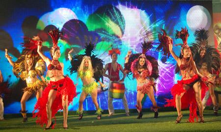 Không chỉ mang cúp vàng đến Việt Nam, FIFA World Cup ™ Trophy Tour còn mang theo những vũ điệu samba, văn hóa đặc trưng của Brazil, nước chủ nhà World Cup 2014.