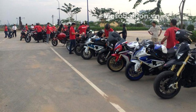 Các thành viên của Câu lạc bộ Ducati mặc áo đồng phục đỏ trong đám cưới nữ ca sỹ Thu Thủy.