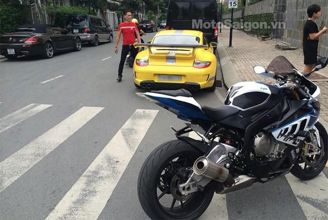 Siêu môtô BMW S1000RR và xe Porsche màu vàng nổi bật.