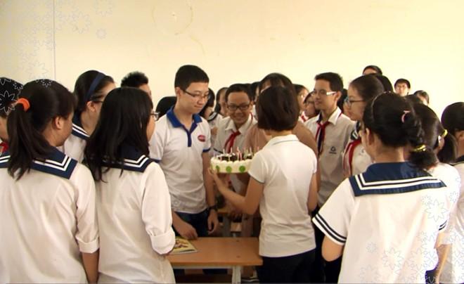 Nhật Minh bất ngờ khi đuộc tổ chức sinh nhật tại ngôi trường THPT Lương Thế Vinh.