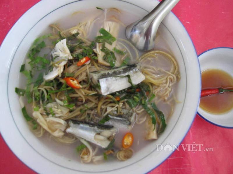 Ra Nam Du ăn khô cá xanh xương nấu sim lo