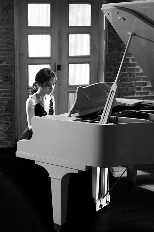 Chi Pu khoe giọng hát ngọt ngào và tài chơi đàn piano