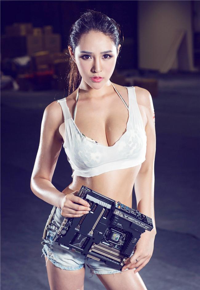 'dung ngoi khong yen' truoc chan dai sexy ben case do hinh anh 1