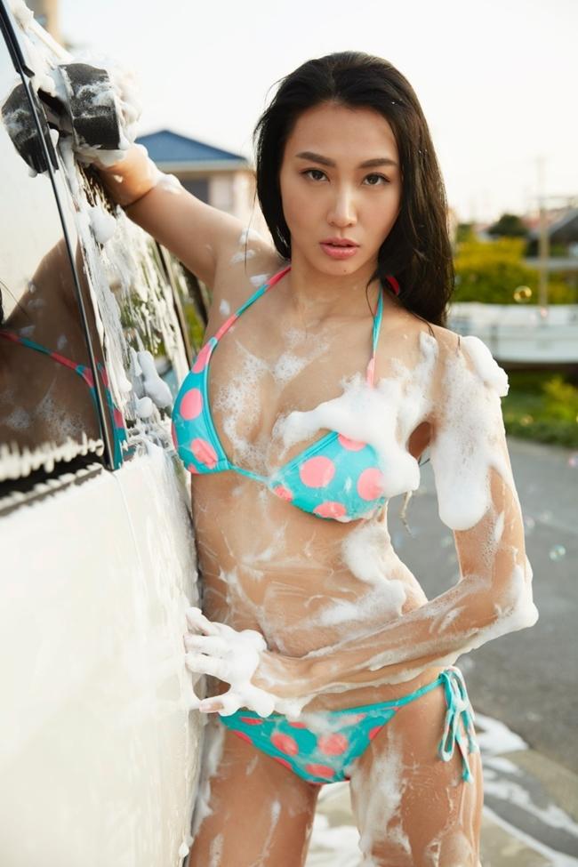 khong the hung ho truoc dan hot girl rua xe nong bong hinh anh 1