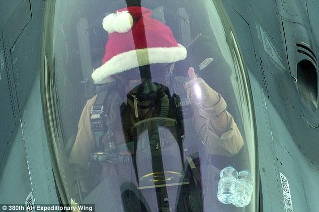 'Ông già Noel' lái chiến đấu cơ không kích IS ảnh 1