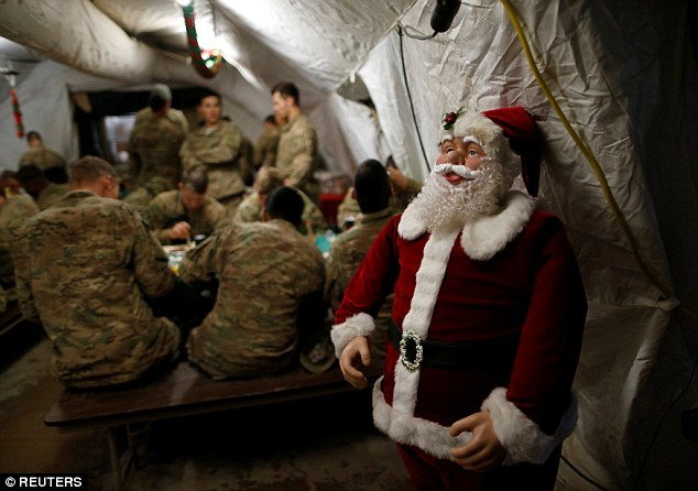'Ông già Noel' lái chiến đấu cơ không kích IS ảnh 2