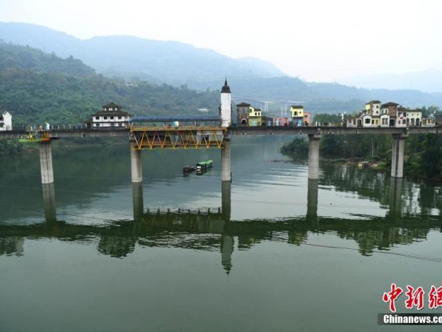 Lạ lùng thị trấn tuyệt đẹp tọa lạc trên... một cây cầu