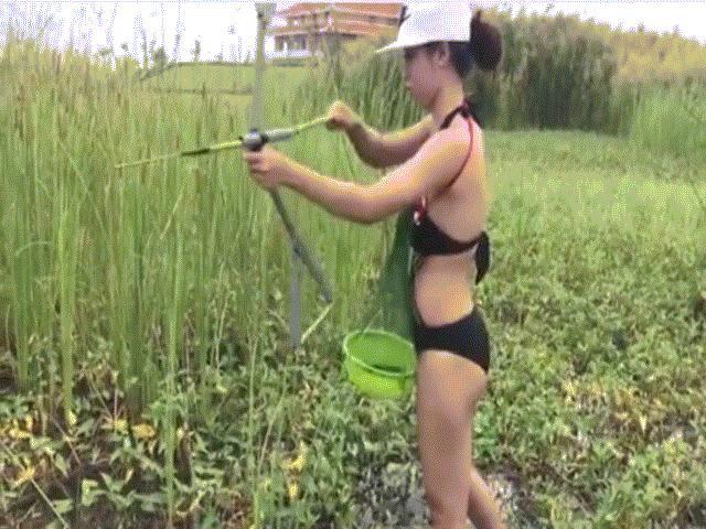 Gái trẻ mặc bikini lội ruộng bắn cá ''gây sốt'' mạng xã hội