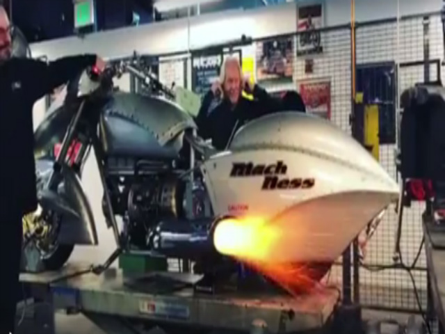 Cụ ông 70 tuổi chế động cơ môtô phun lửa như quái vật