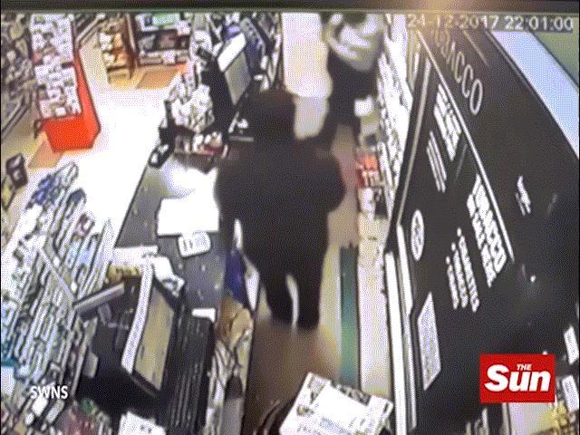 """Kẻ cướp """"số nhọ"""", gặp đúng chủ cửa hàng đai đen karate"""