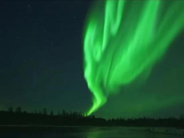 Cực quang huyền ảo uốn lượn trên bầu trời đêm ở Phần Lan