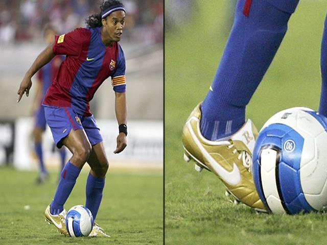 Huyền thoại giày đấu hỗ trợ Ronaldinho giữ bóng 4 lần sút xà ngang không rơi