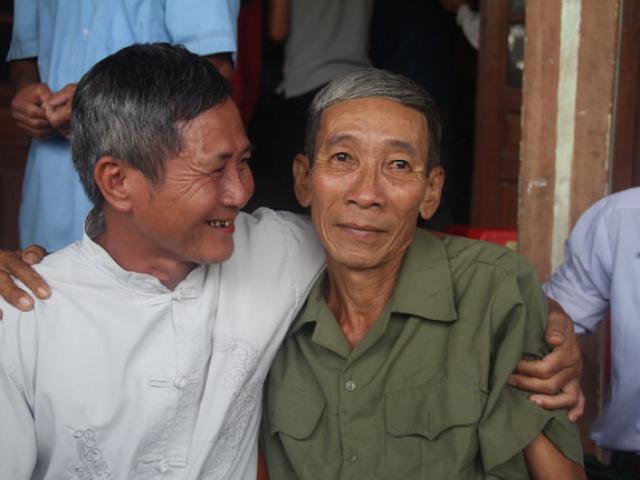 """""""Liệt sĩ"""" trở về sau 25 năm, bật khóc khi người thân đã mất"""