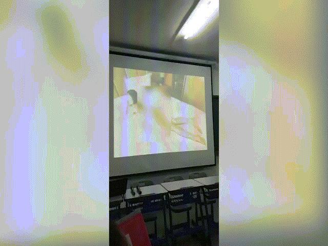 Thầy giáo vô tình phát phim khiêu dâm trong giờ học