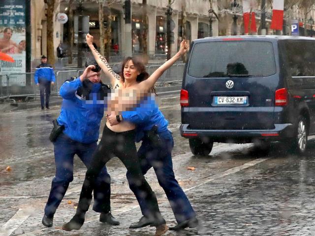 Video: Người phụ nữ ngực trần chặn đoàn xe hộ tống ông Trump ở Paris