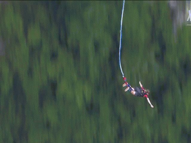 """""""Rụng tim"""" với trò nhảy bungee trên cầu thủy tinh cao nhất thế giới"""
