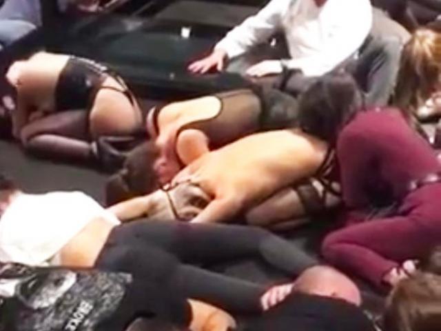 Đột kích CLB tình dục ở Nga, phát hiện hàng loạt cô gái mặc hở hang
