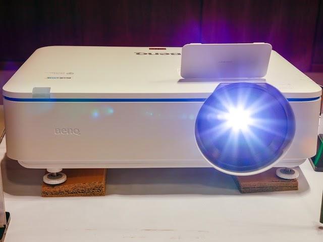 BenQ giới thiệu máy chiếu zoom xoay 360 độ và màn hình cảm biến không khí