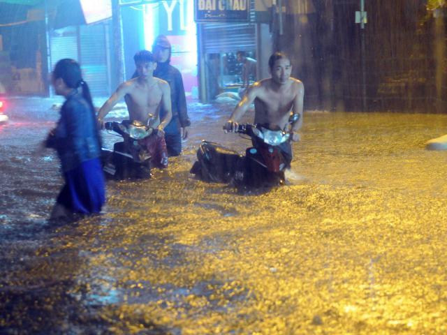 """Mưa lớn khủng khiếp hàng giờ, người Sài Gòn """"bơi"""" trong biển nước sâu cả mét"""