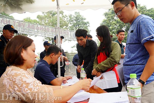 Khi đã qua được cổng kiểm soát, người nhận vé trình giấy tờ tuỳ thân và giấy uỷ quyền nhận vé, rồi lại tiếp tục chờ đợi gọi tên.