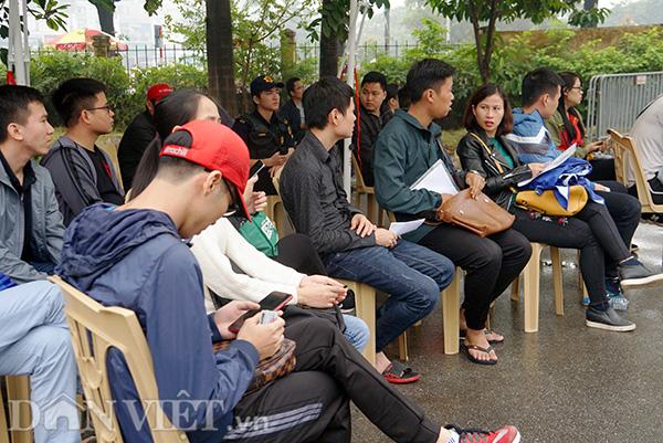 Khoảng 20 ghế ngồi và ô che được bố trí bên trong sân trụ sở VFF cho những người đợi lấy vé.