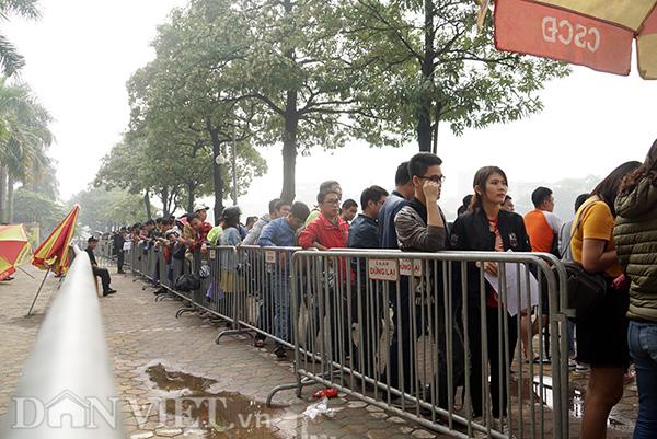 Từ 6h sáng 1.12, hàng dài người đã đứng trước cổng Liên đoàn Bóng đá Việt Nam VFF để đợi nhận vé đã mua bằng hình thức online.