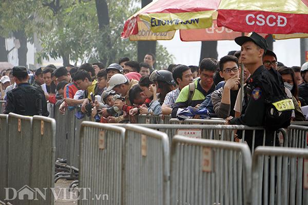 Quá mệt mỏi vì phải đứng xếp hàng lâu dưới trời nắng nóng, nhiều người gục đầu tựa vào 4 lớp rào do lực lượng CSCĐ dựng lên để đảm bảo an ninh.