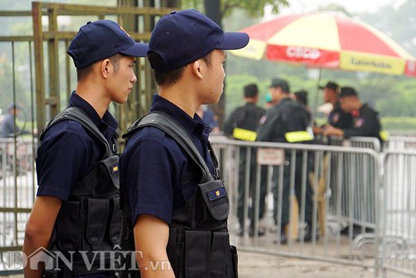 Lực lượng an ninh luân phiên tuần tra gát gao, sẵn sàng mời tất cả những người xếp hàng rời khỏi vị trí nếu có tranh chấp.