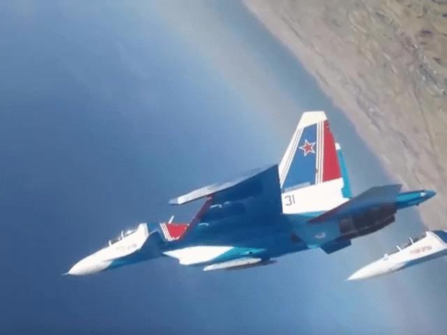 Xem tiêm kích Su-30SM nhào lộn trên không cực đẹp mắt cùng các Hiệp sĩ Nga