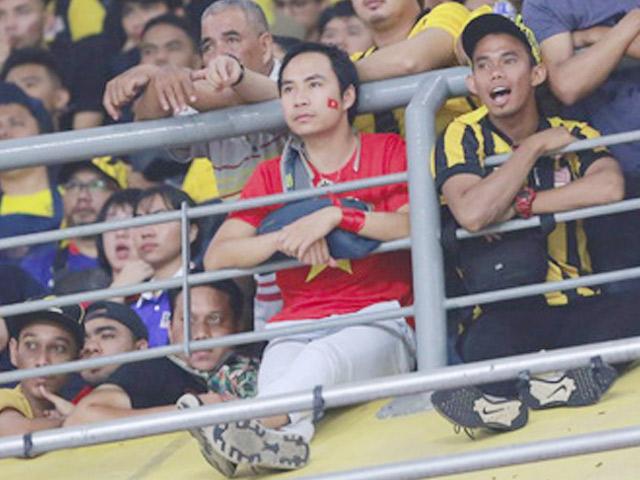 CĐV dũng cảm nhất trận CK lượt đi nói gì khi ngồi giữa fan Malaysia